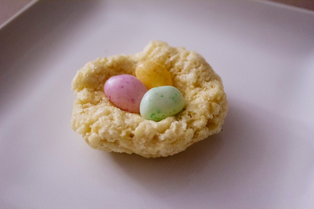Mini Rice Krispy Treat Nest for Easter via ApplestoZiti.com